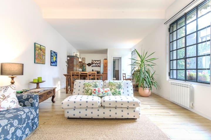 Loft Luminoso in Stile Vintage Immerso nel Verde