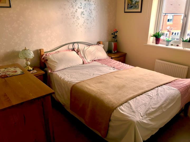 Comfortable Double Bed+free parking
