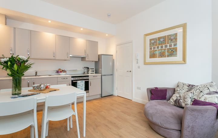 Luxury Boutique King's Road Apartment + Parking