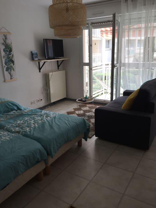 Espace couchages avec 2 lits en 90 et un canapé lit couchage 120