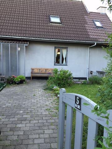 Charming home with large garden - København - Villa