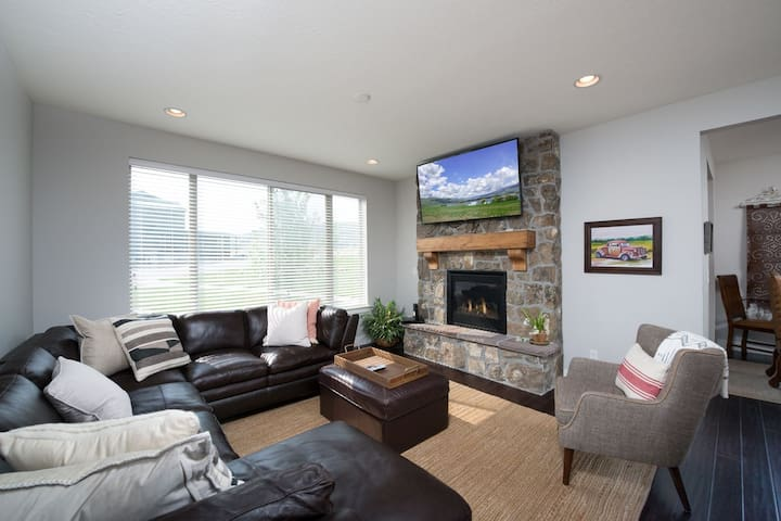 8 Minutes From Snowbasin, 4 Bedroom Luxury Townhome!