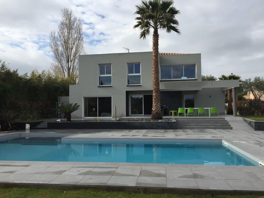 Villa contemporaine haut standing maisons louer - Jardin maison contemporaine perpignan ...