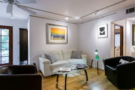 Hollywood Hills Contemporary 2BD 2BR Guest Apt - 로스앤젤레스