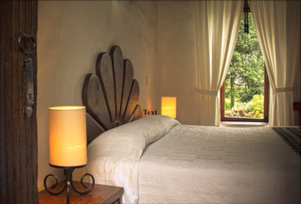 Habitación café: una cama king size con baño completo.