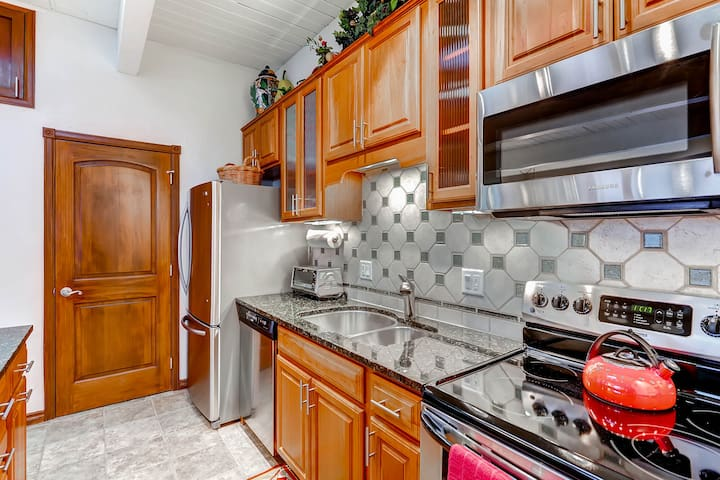 Kitchen and closet with washer/dryer