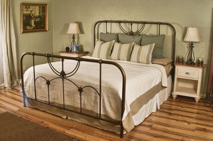 Savannah Suite, Gloria Room +2 Bedrooms&Full House