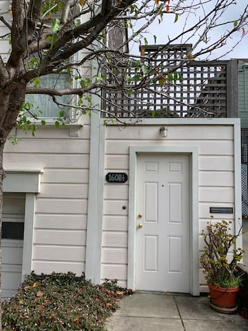 Lovely Lower Pac Heights Studio, Tree Lined Street