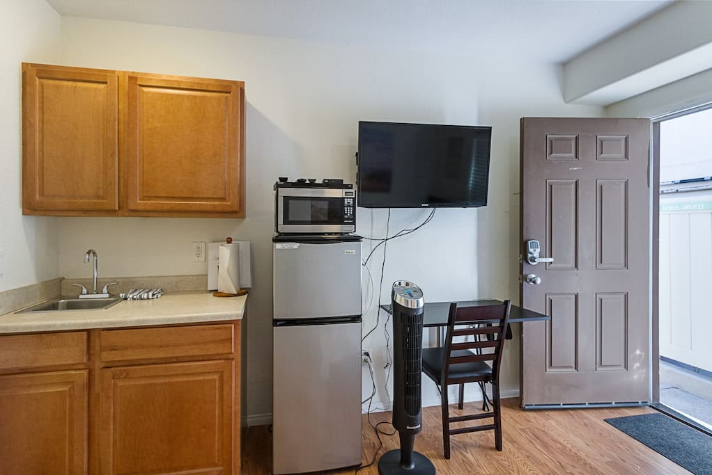 Kitchenette with microwave and mini-fridge. Cable TV. Wifi.