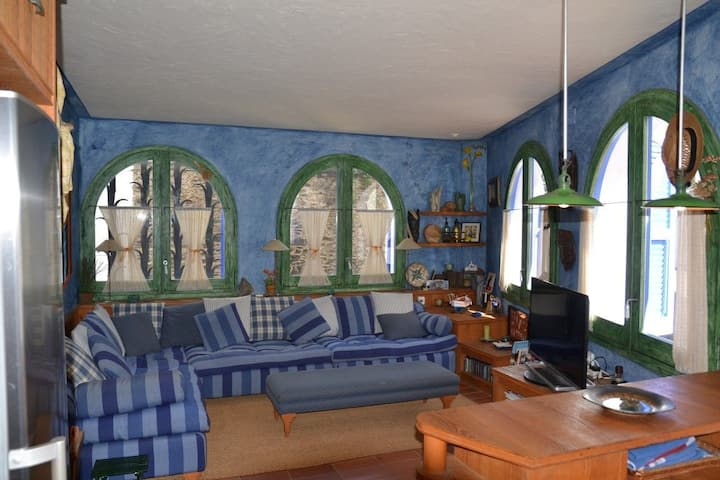 101.95 Apartment with three bedrooms in the center, near the beach