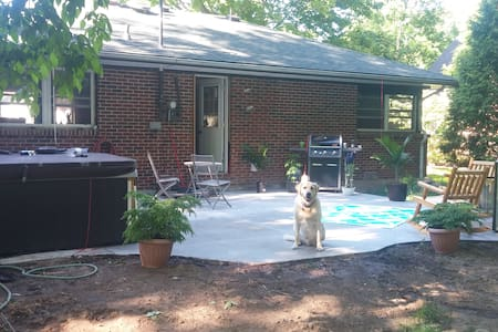 Charming bungelow with hottub. - Chatham-Kent