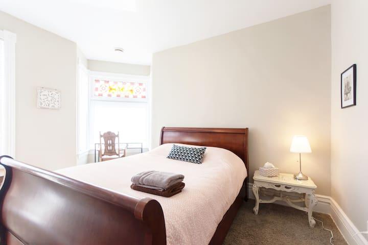 Adorable East Side Getaway~Bright & Cozy 2 Bedroom