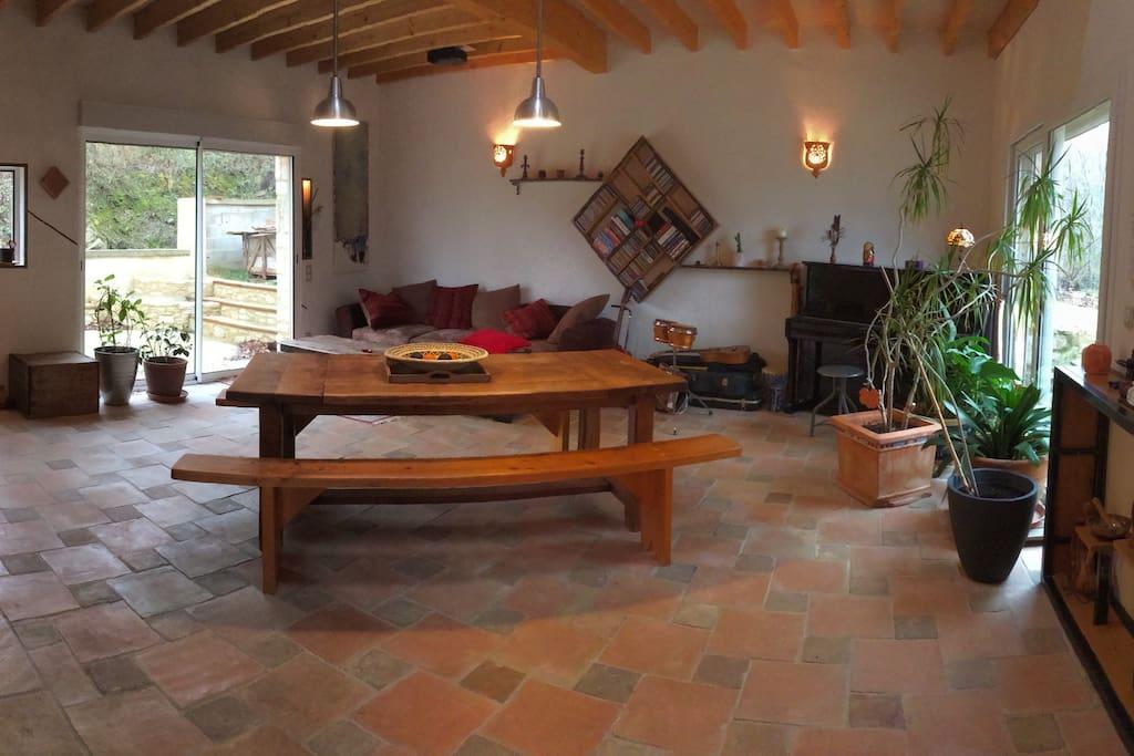 salon avec cheminée et piano pour mélomane