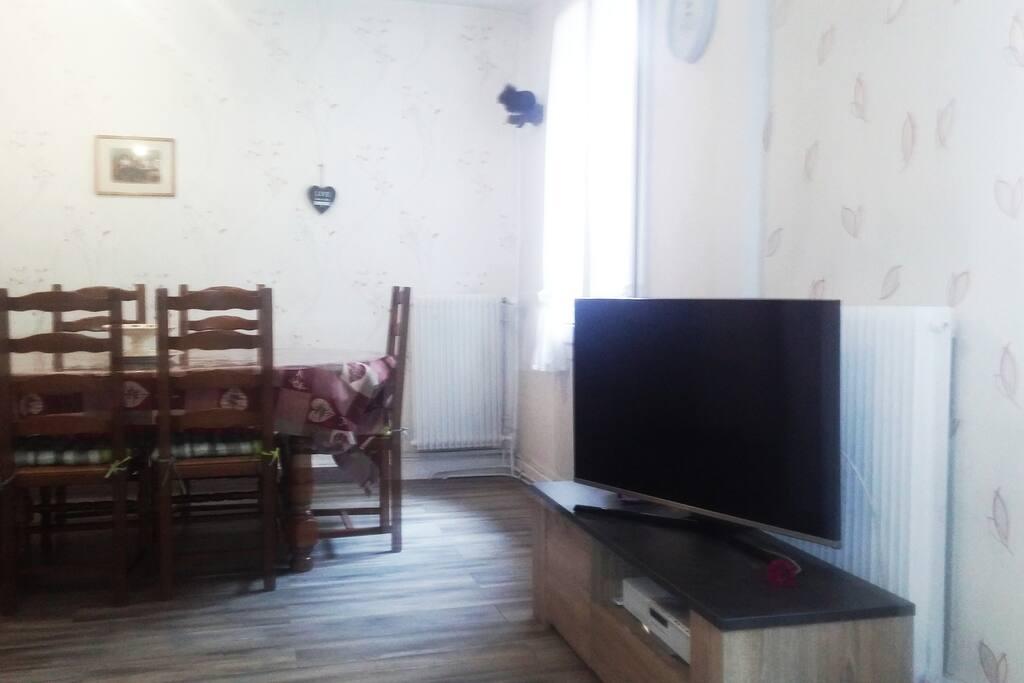 TV ET SALLE A MANGER