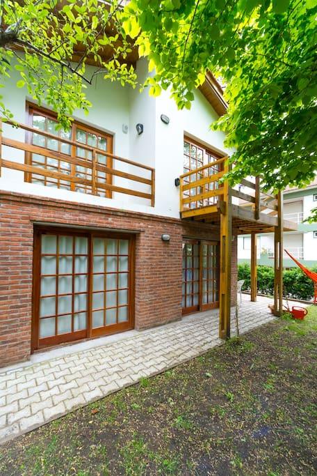Balcones de la sala y habitación , al jardín
