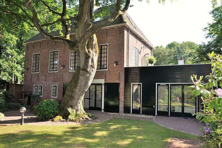 Monumentale historische villa, comfortabel en centraal gelegen aan de kust