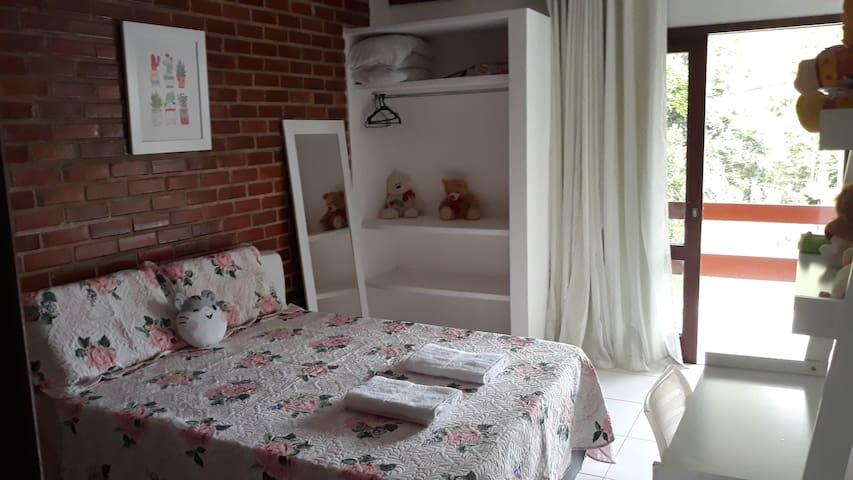 Quarto 2 - suíte com cama de casal, rede na varanda e colchão extra.