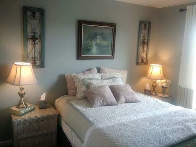 Relaxing Queen Bedroom / Lake Wylie - Lake Wylie