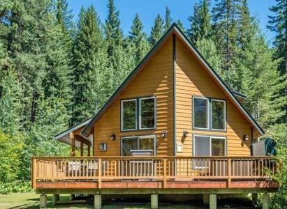 Sunland Lodge - Riverfront Escape