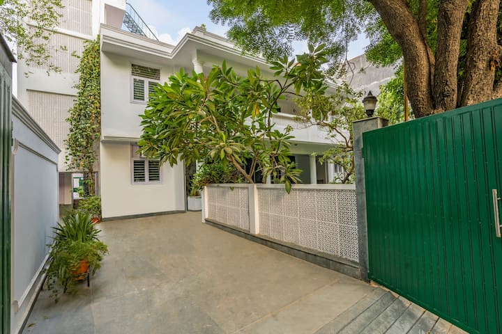 Modish 5-bedroom bungalow with a pretty lawn/73084