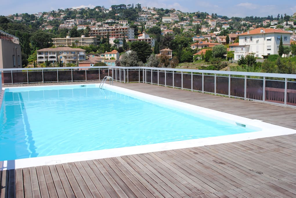 Grande piscine sur le toit de l'immeuble