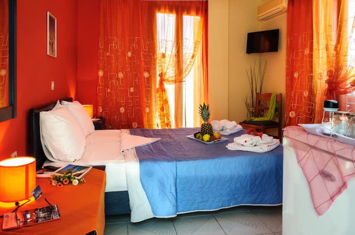 "Bright double room in ""Christina rooms"" / Adamas"
