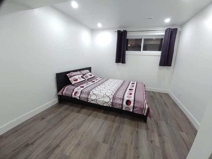 Chambre privée propre et calme au demi sous-sol