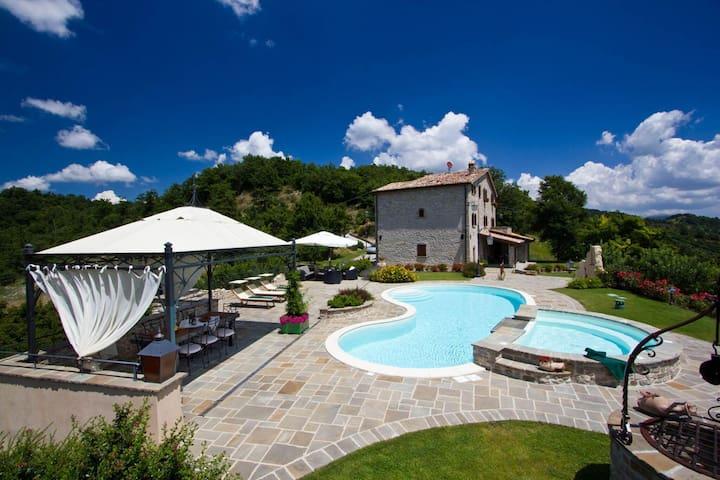 Preciosa villa en Apecchio con piscina