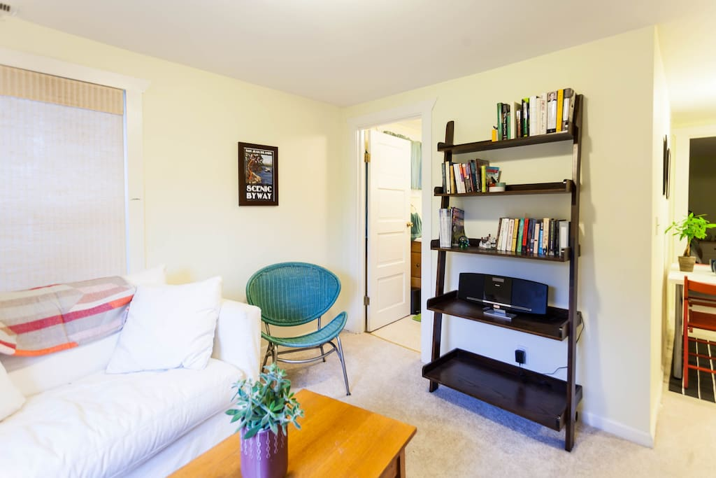 Living room space with plenty of Seattle-area visitor guides