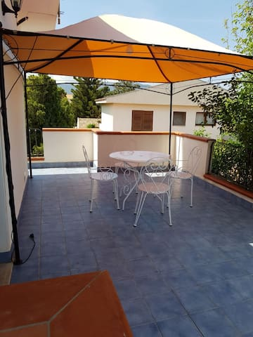 App. in villa c/ terrazzo e p.auto Furnari marina