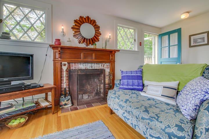 Charming, dog-friendly home near beaches, wineries and marina!