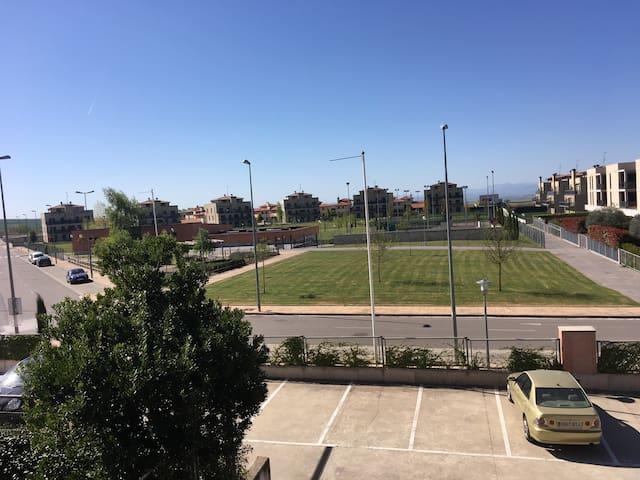 Piso frente a zona deportiva en Golf Cirueña - Cirueña - Apartamento
