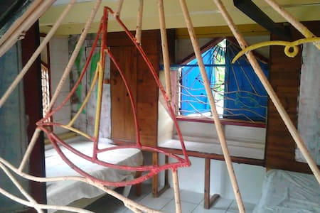 room in small wooden cottage  outddor style garden - Clifton - Andet
