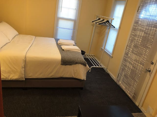 Comfy Basement Bedroom in DC/ Metro Walkable.