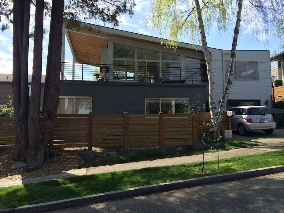 Modern view walk to lake houses for rent in seattle for Modern view decking
