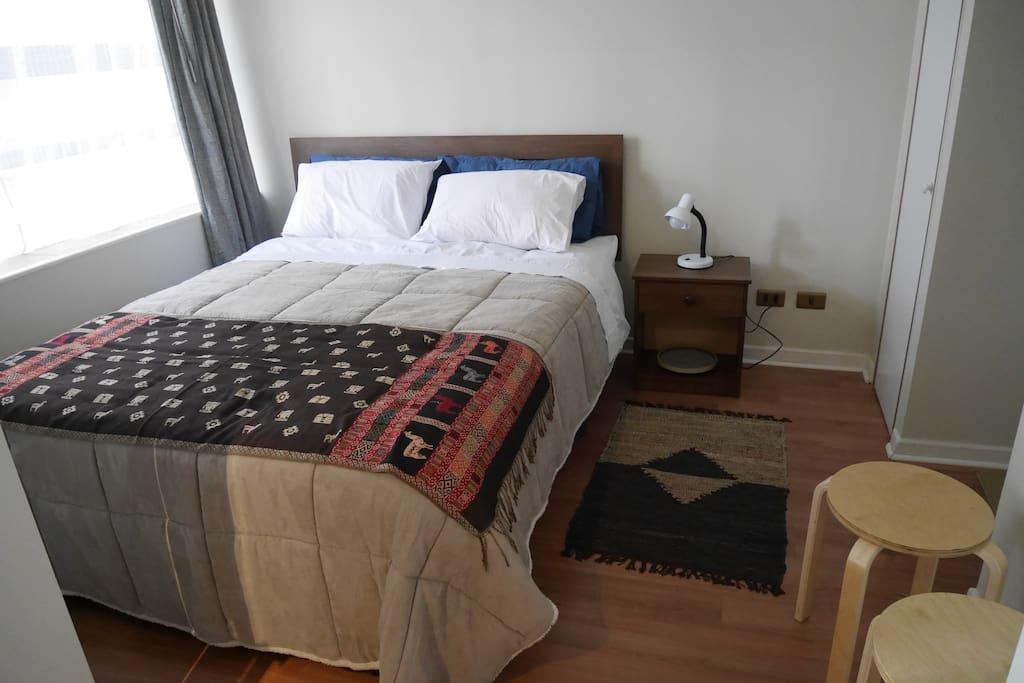 Un dormitorio, cama para dos huéspedes.