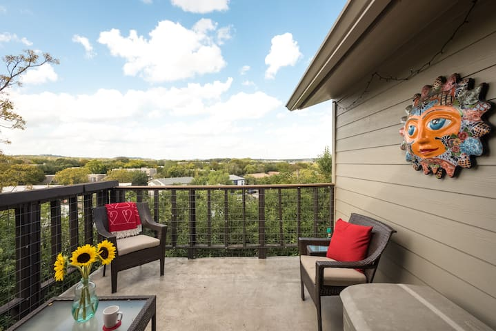 Top floor Patio View; King bed; 2 blks to Zilker!