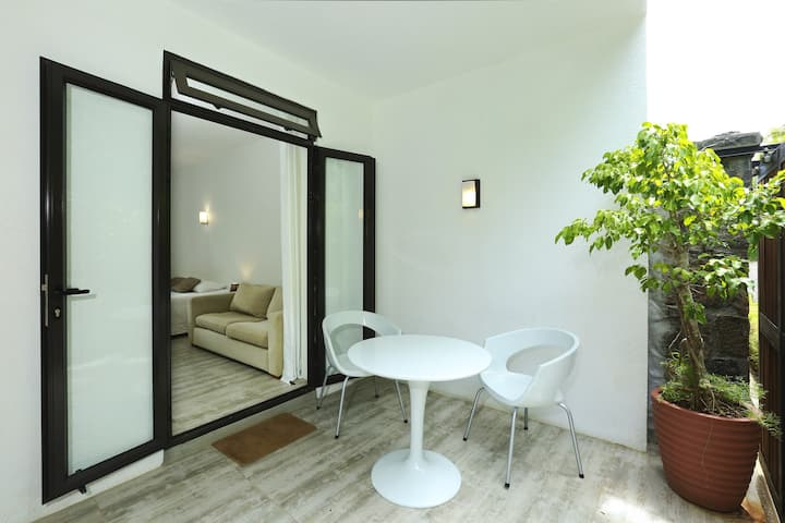 Studio in Moka, with wonderful mountain view, furnished terrace and WiFi