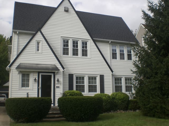 RNC Ready Quiet Suburban Get-Away! - Shaker Heights - House
