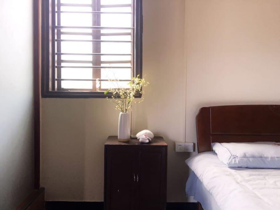 舒适的全棉刺绣床品,独卫方便,阳光明媚
