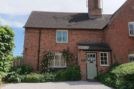 Charming Country Cottage in a Quiet Hamlet.