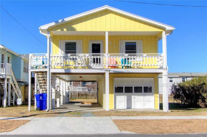 Boardwalk Beach Cottage: A Cute, Classic, Pet Friendly 2 Bedroom Beach Cottage, Just a Short Walk to the Beach.
