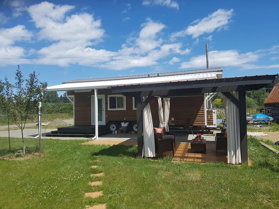 Gorgeous custom tiny home on riverfront hobby farm property.  You'll have your own lawn,  outdoor gazebo, parking and access to a lovely swimming hole a short walk away.  Minutes to the farmer's market, fairgrounds and Courtenay downtown.