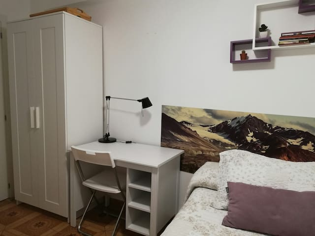 Single room with private bathroom  - free WiFi/TV