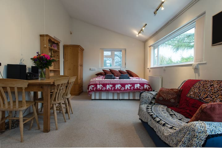 Bristol self-catering studio, kitchen, parking