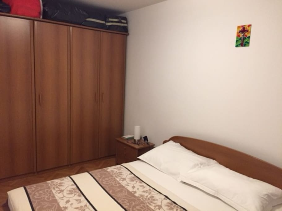 Spacious (fully) private bedroom (2 adults/+child)