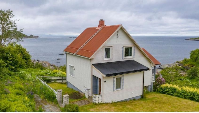 Cozy house with amazing view and location.