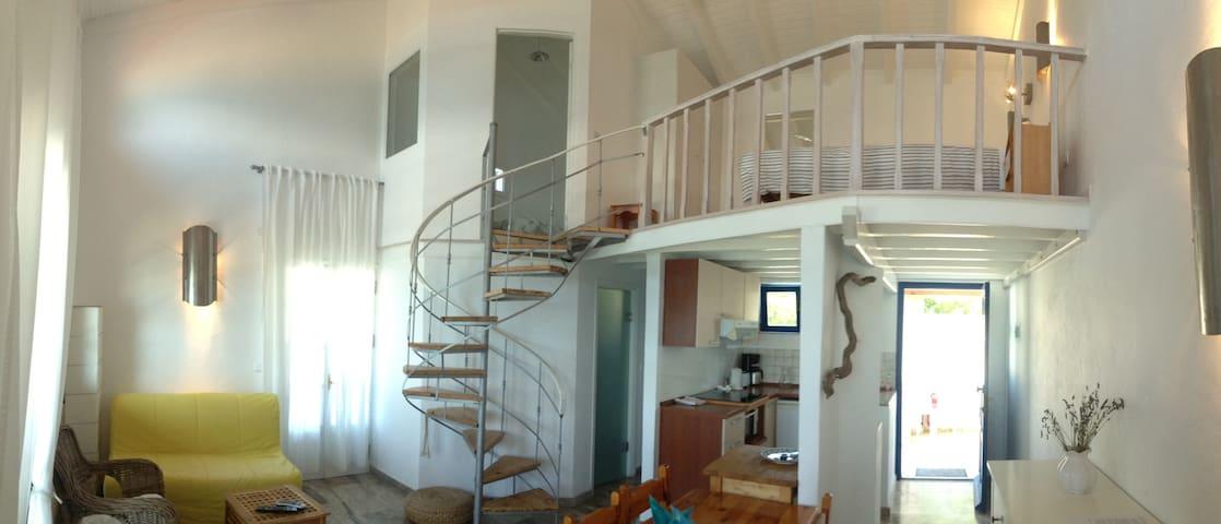 Der großräumige Wohnbereich mit der sehr gut ausgestatteten Küche. Die Schlafempore mit Doppelbett verfügt über einen separaten Schlafraum mit Einzelbett. Dank Oberfenster auch Meerblick von der Empore aus.