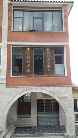 Kruja Hostel, private/collective rooms