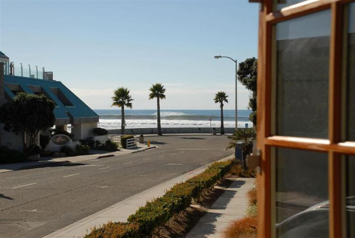 1/2 block from beach. Couples or family w/2 kiddos